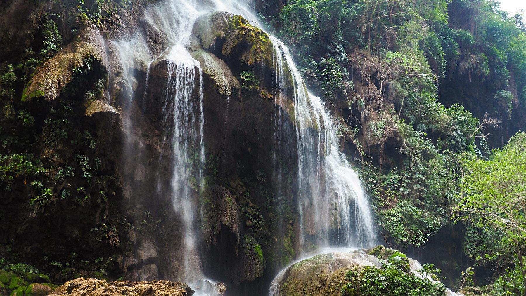 Kurze Wanderung zu einem schönen Wasserfall