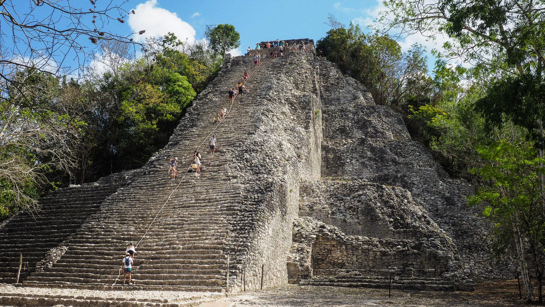 Die Maya-Ruinen von Coba – steiler Aufstieg