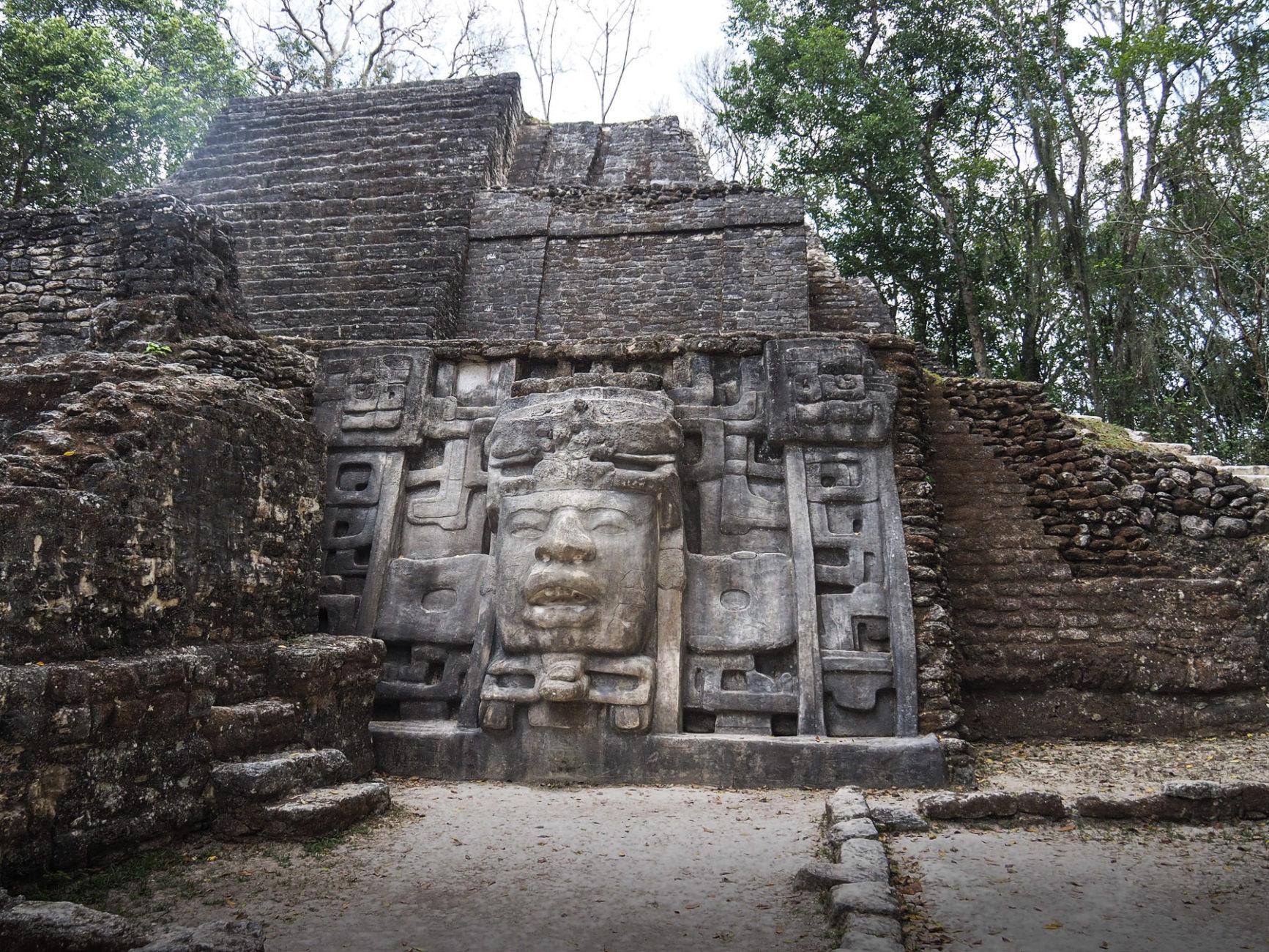 Ruinen Lamanai im Dschungel von Belize