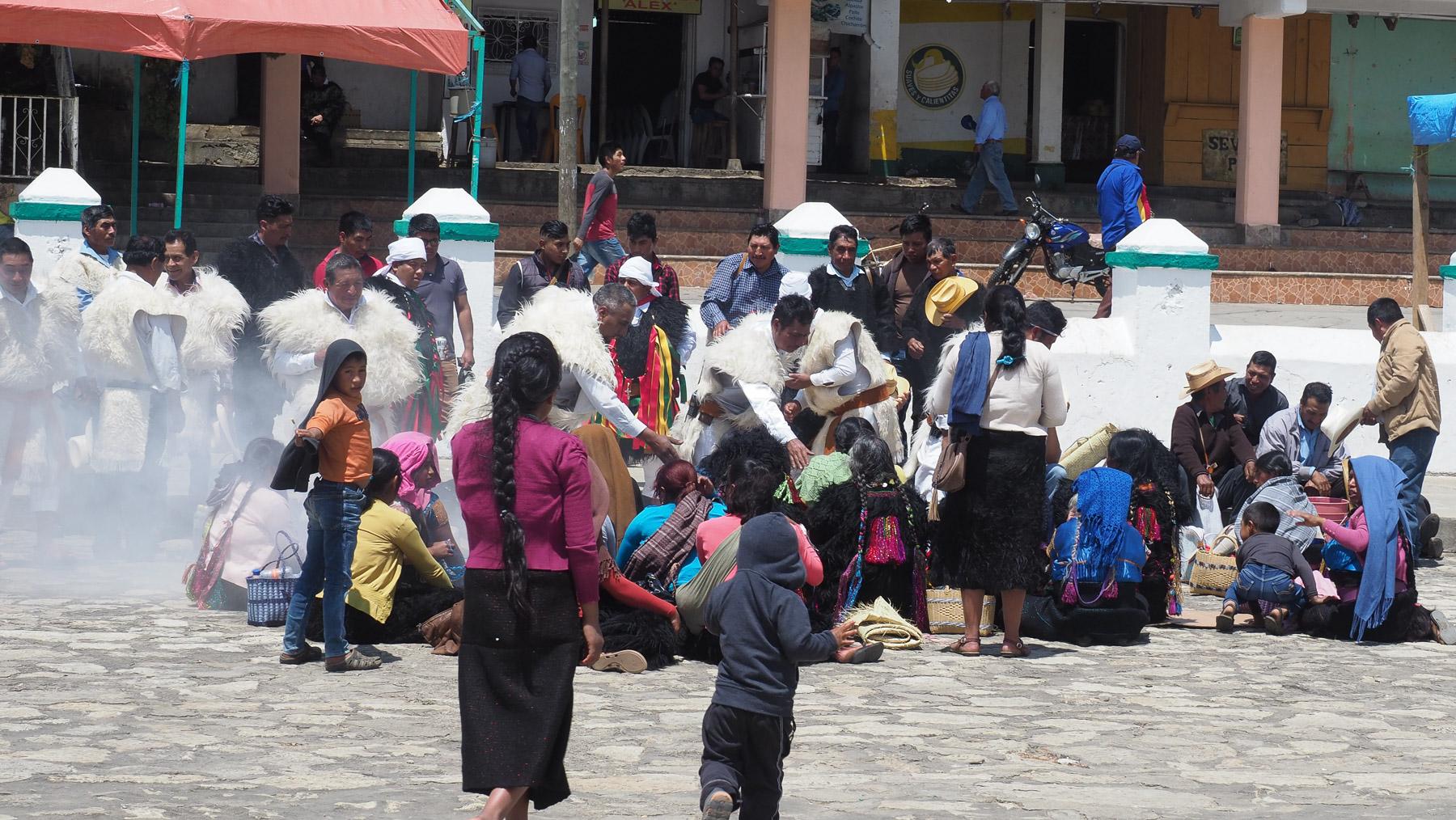 Es ist viel los auf dem Platz vor der Kirche und auch in der Kirche