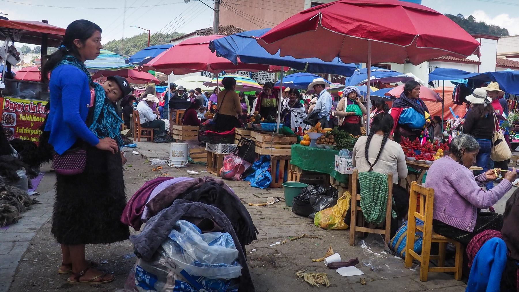 Und auch auf dem Markt kommen viele Indios zusammen