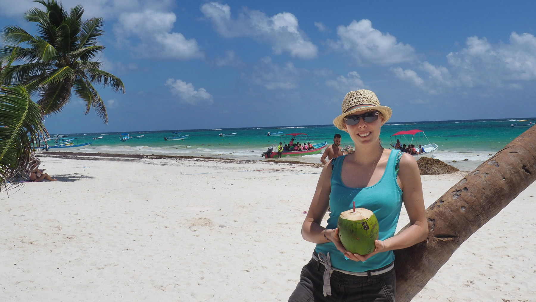 Frische Kokosnuss am Karibikstrand von Tulum