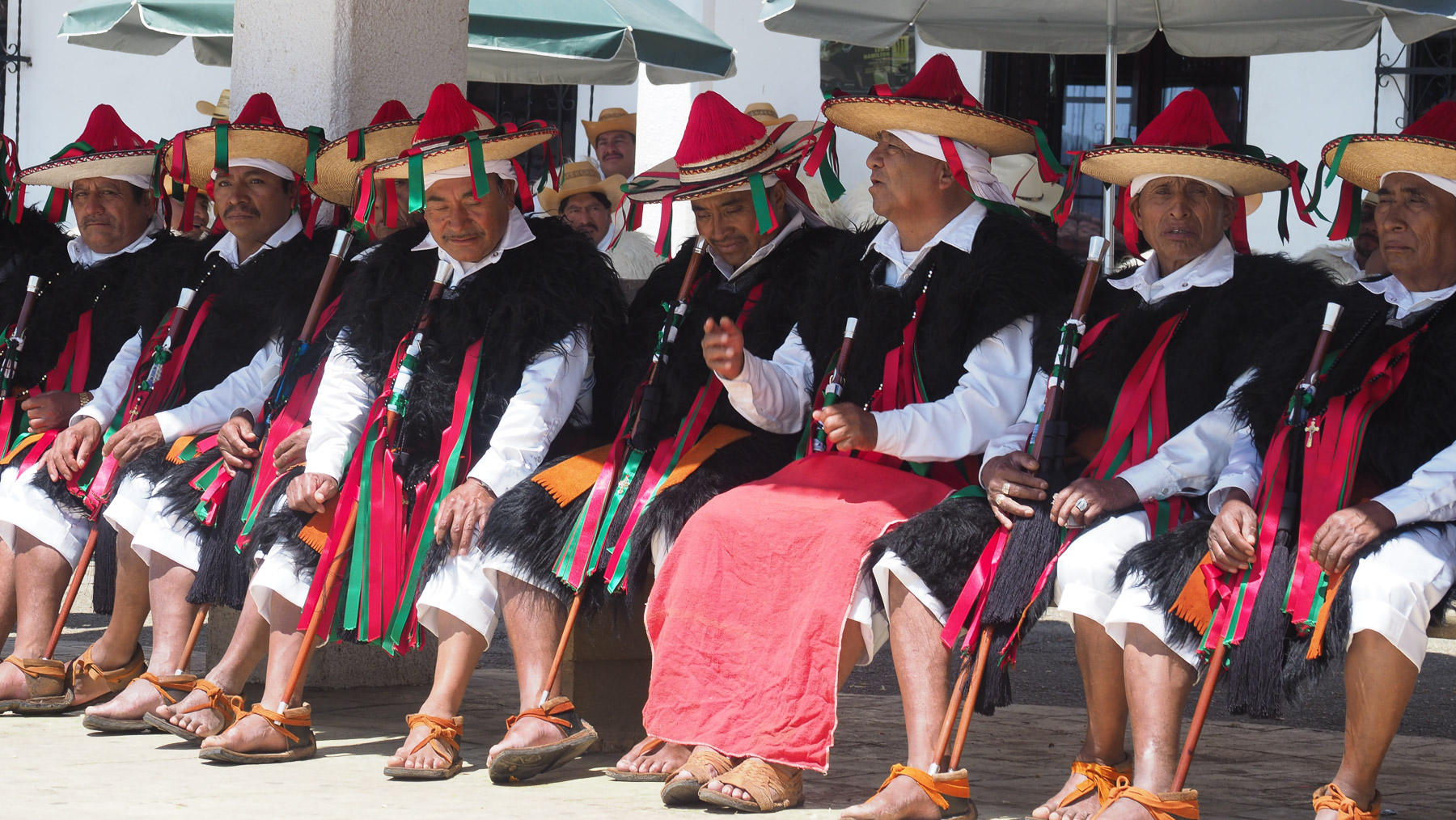Die Würdenträger des Dorfes in ihrer Tracht