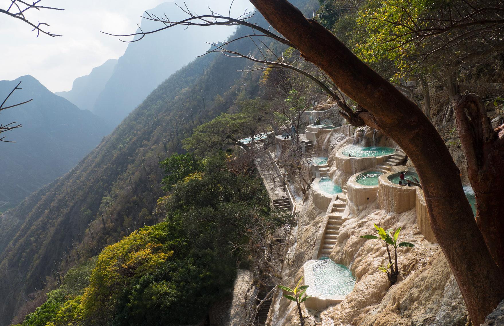 Kleine Badebecken, wie an den steilen Berghang geklebt