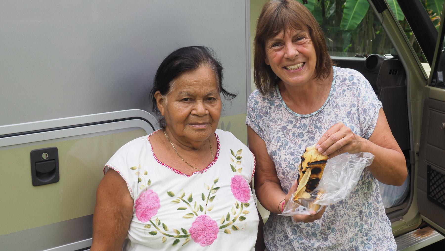 Abuela Elena schenkt uns selbst gemachte Tamales