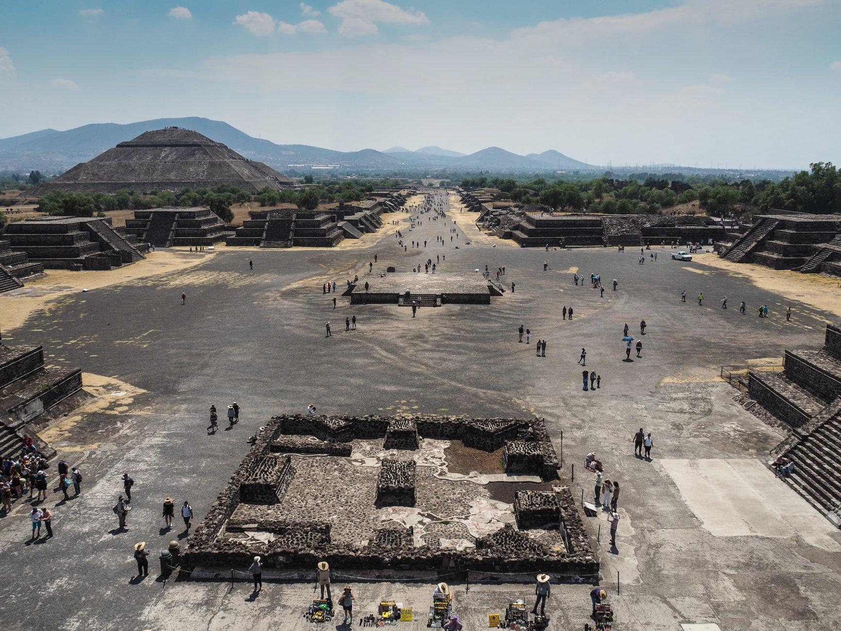 Die Straße der Toten und die Sonnen-Pyramide in Teotihuacan