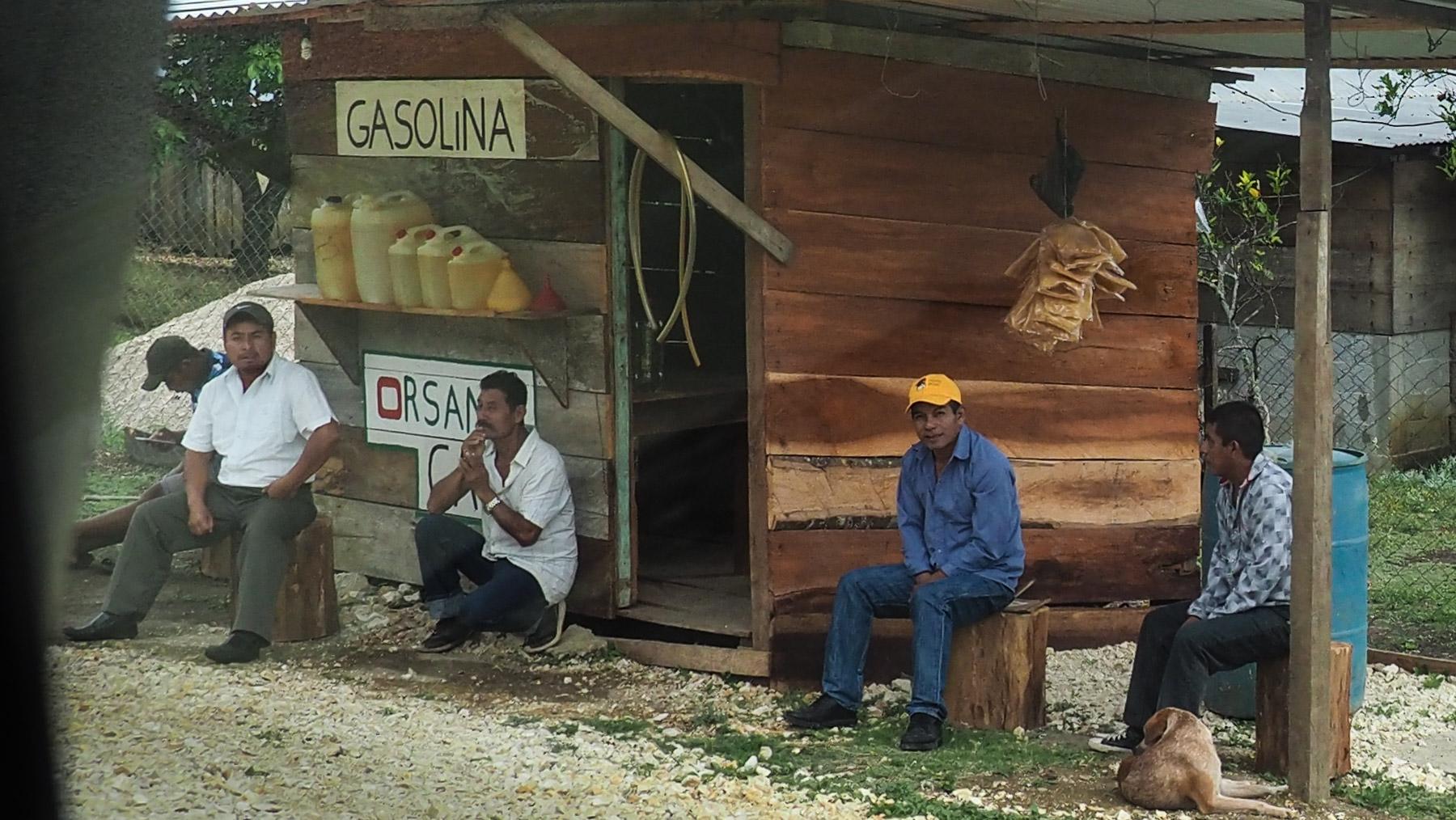 Tankstelle mit Schmuggelbenzin aus Guatemala in Chiapas
