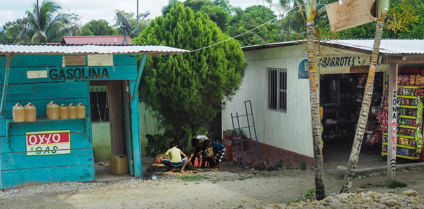 Die einzige Tankstelle und der einzige Lebensmittelladen in weitem Umkreis