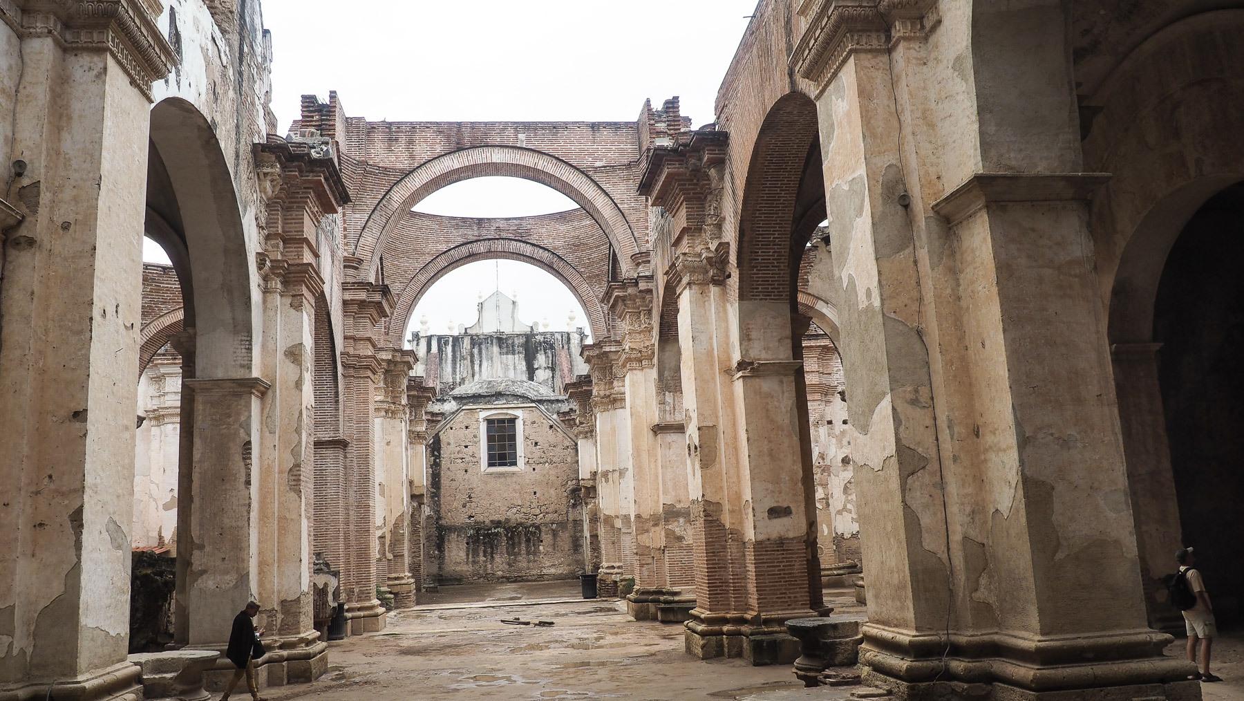 Es gibt viele durch Erdbeben zerstörte Kirchen