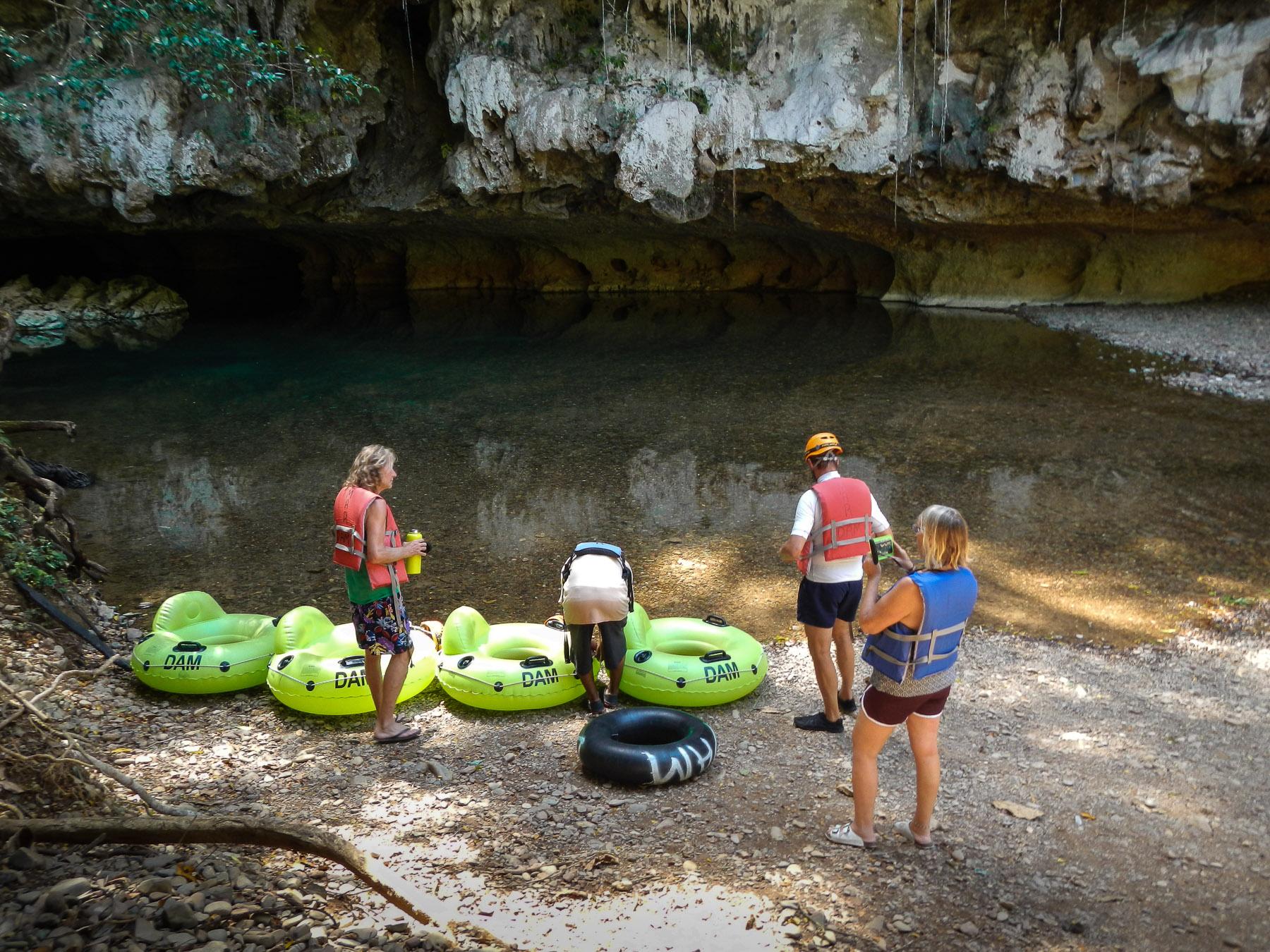 Einstieg vor der Höhle