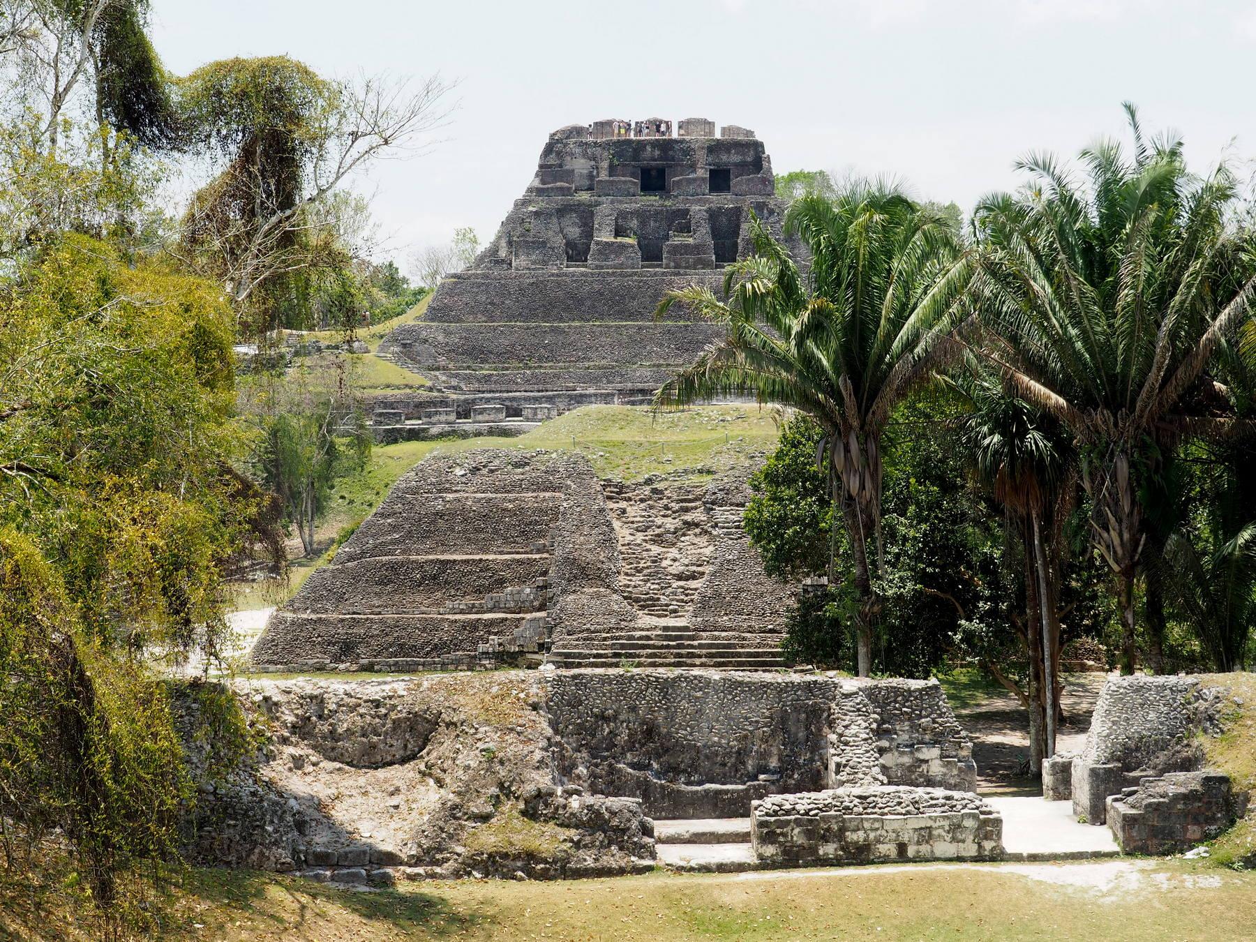 Sehenswerte Ruinen - im Hintergrund El Castillo