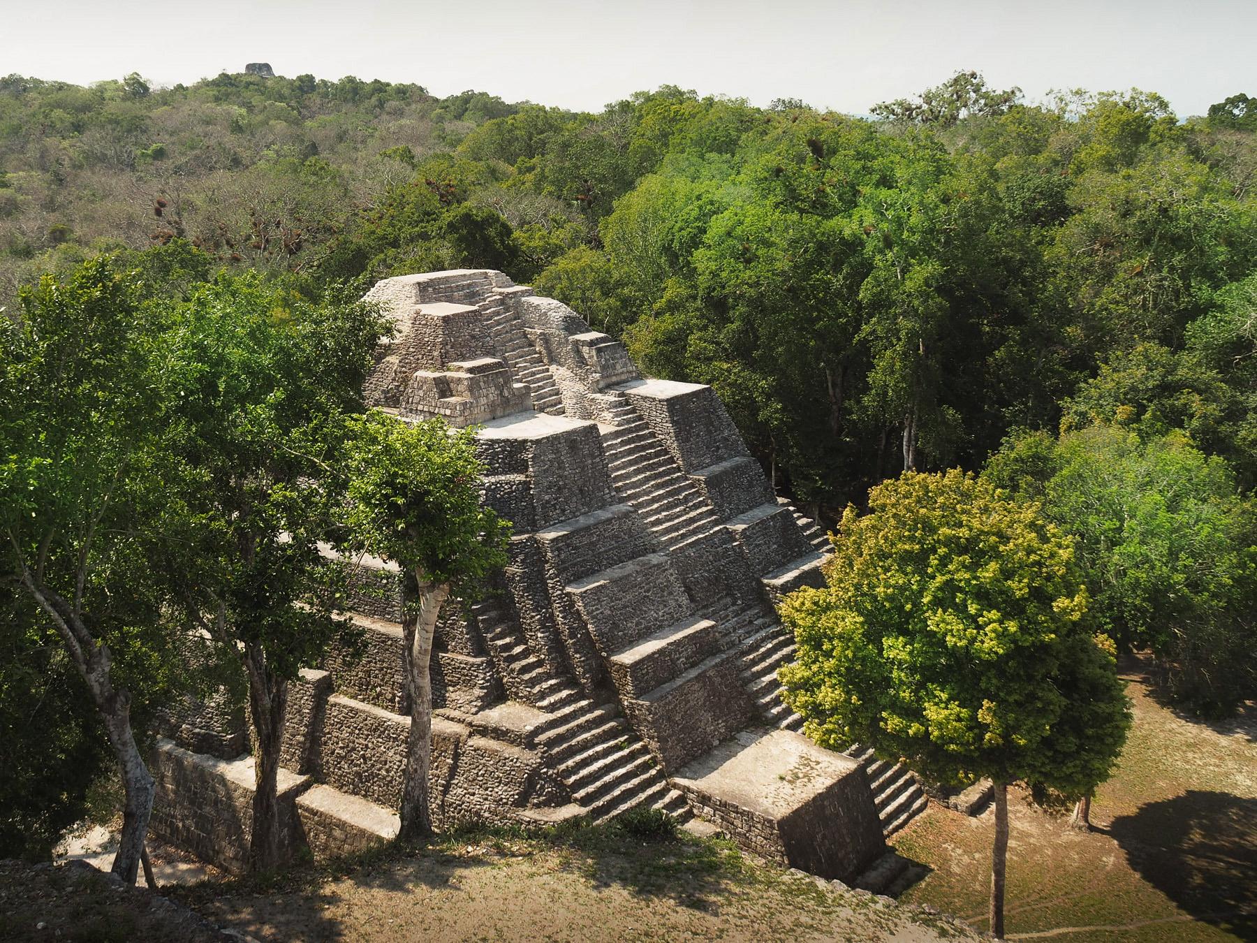 Die Maya-Ruinen Yaxha mitten im Dschungel