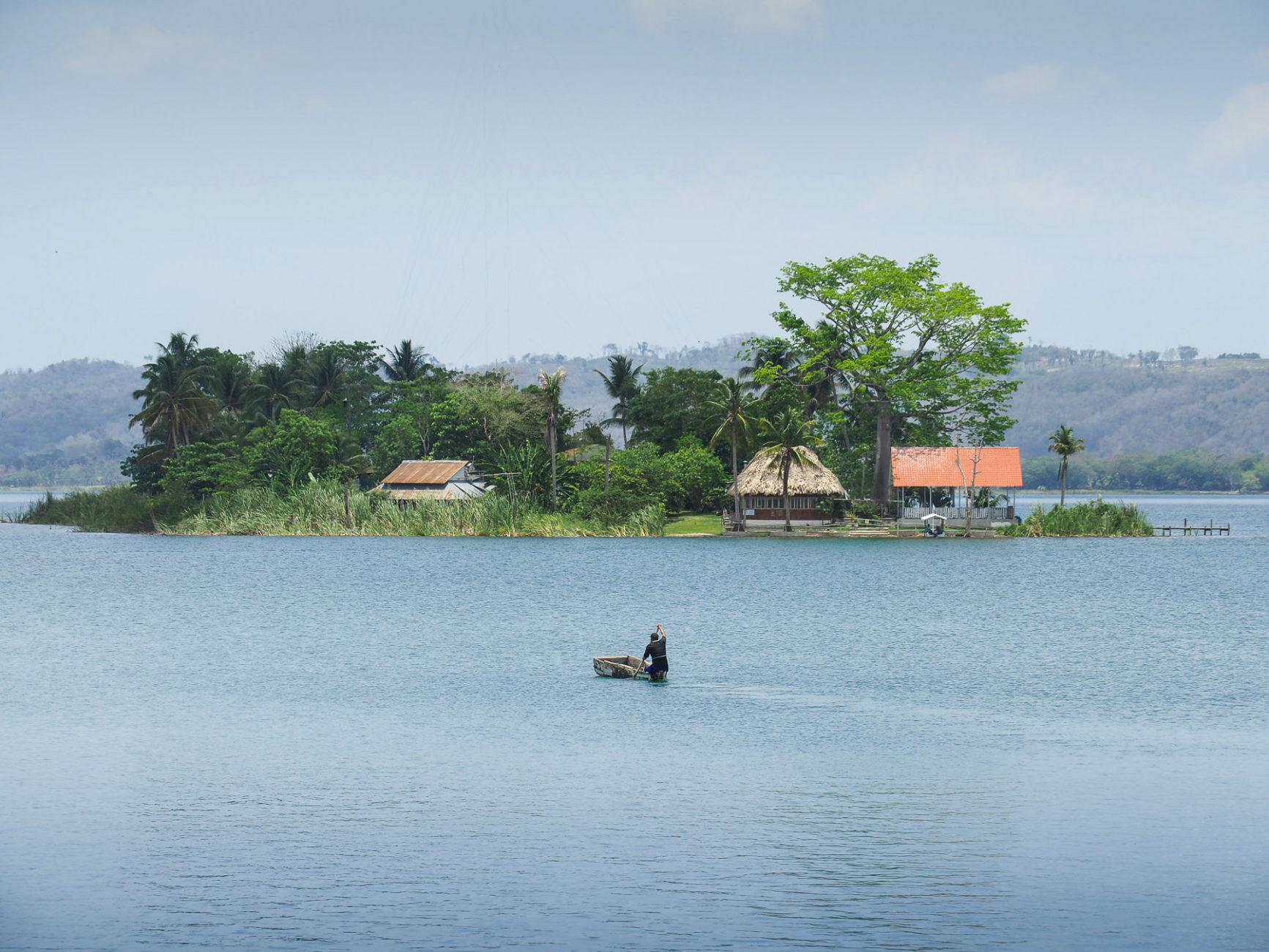 Insel vor Flores, Lago Peten Itza, im heißen, schwülen Tiefland von Guatemala