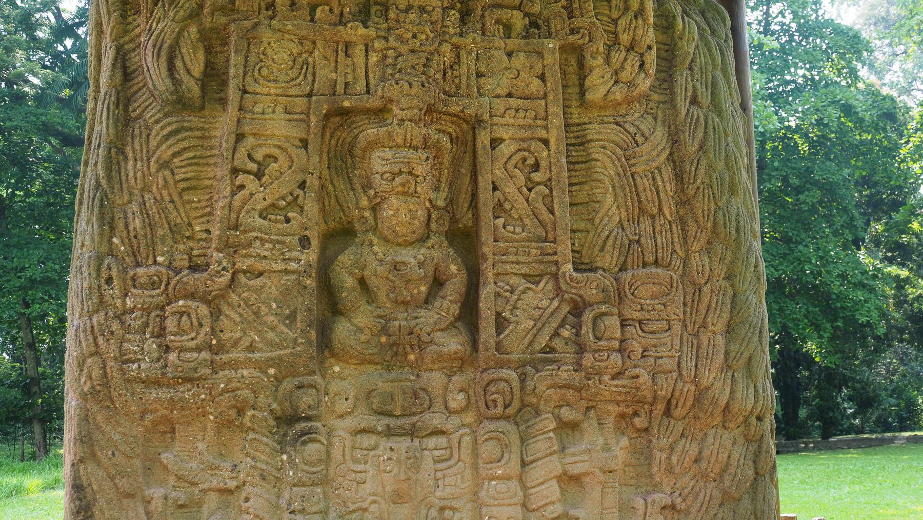 Überraschend fein gearbeitete Stelen der Maya in Quirigua
