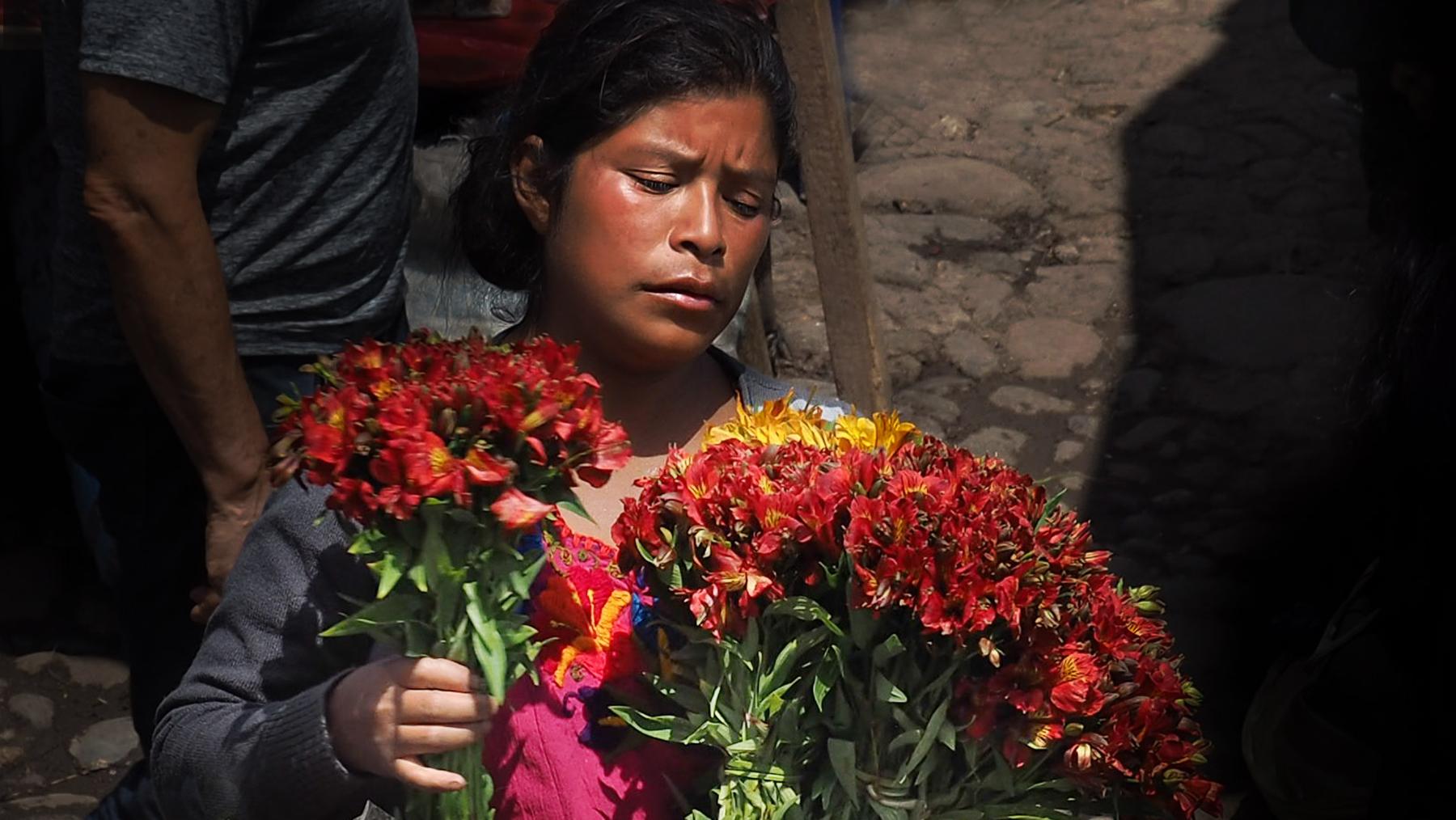 Das Blumenmädchen vor der Kirche