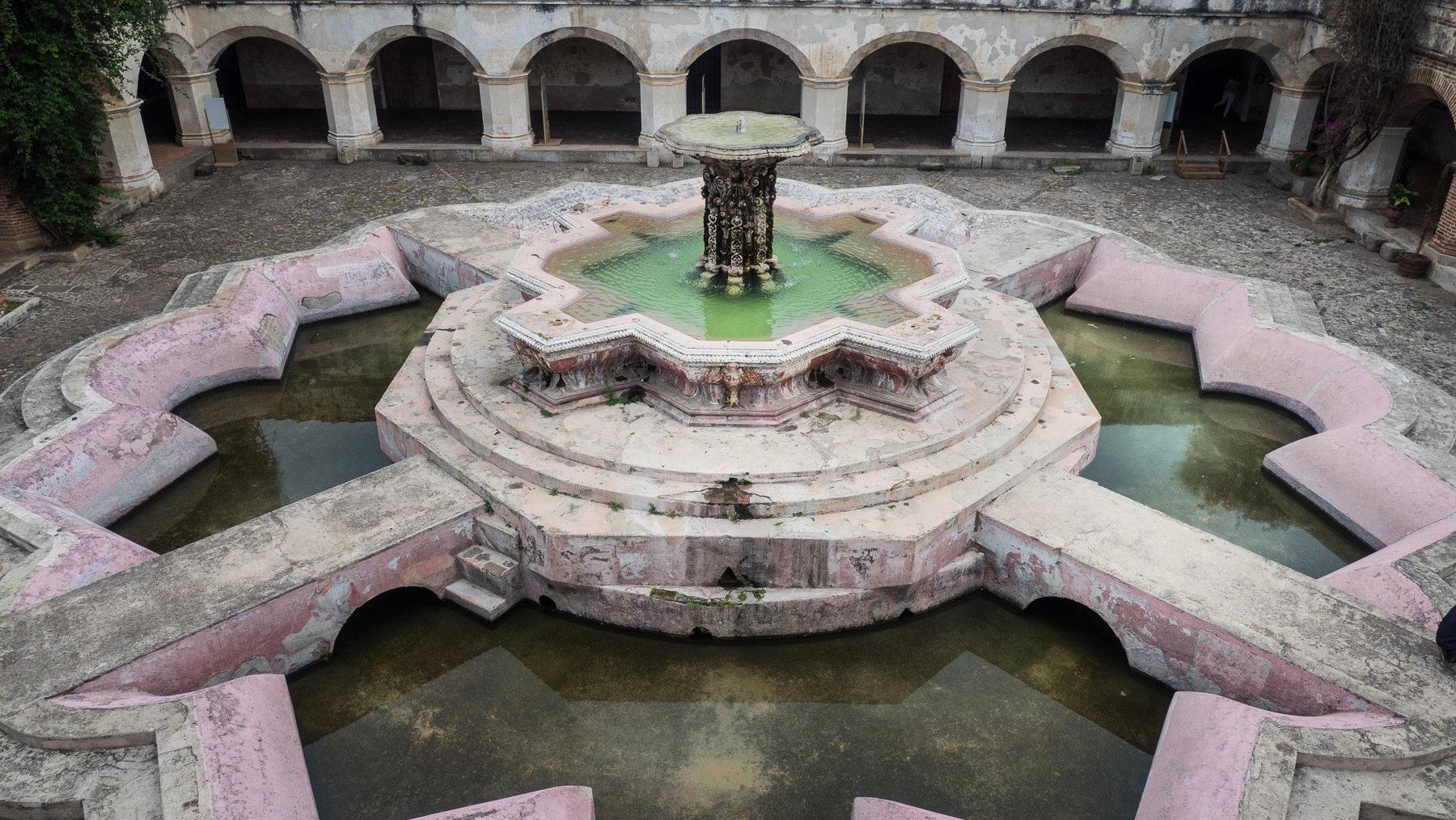 Riesiger Brunnen im Kloster des Mercedarier-Orden