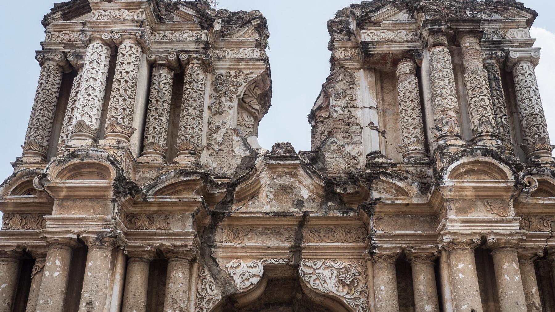 Eine der vielen Ruinen, der durch Erdbeben zerstörten Kirchen in Antigua
