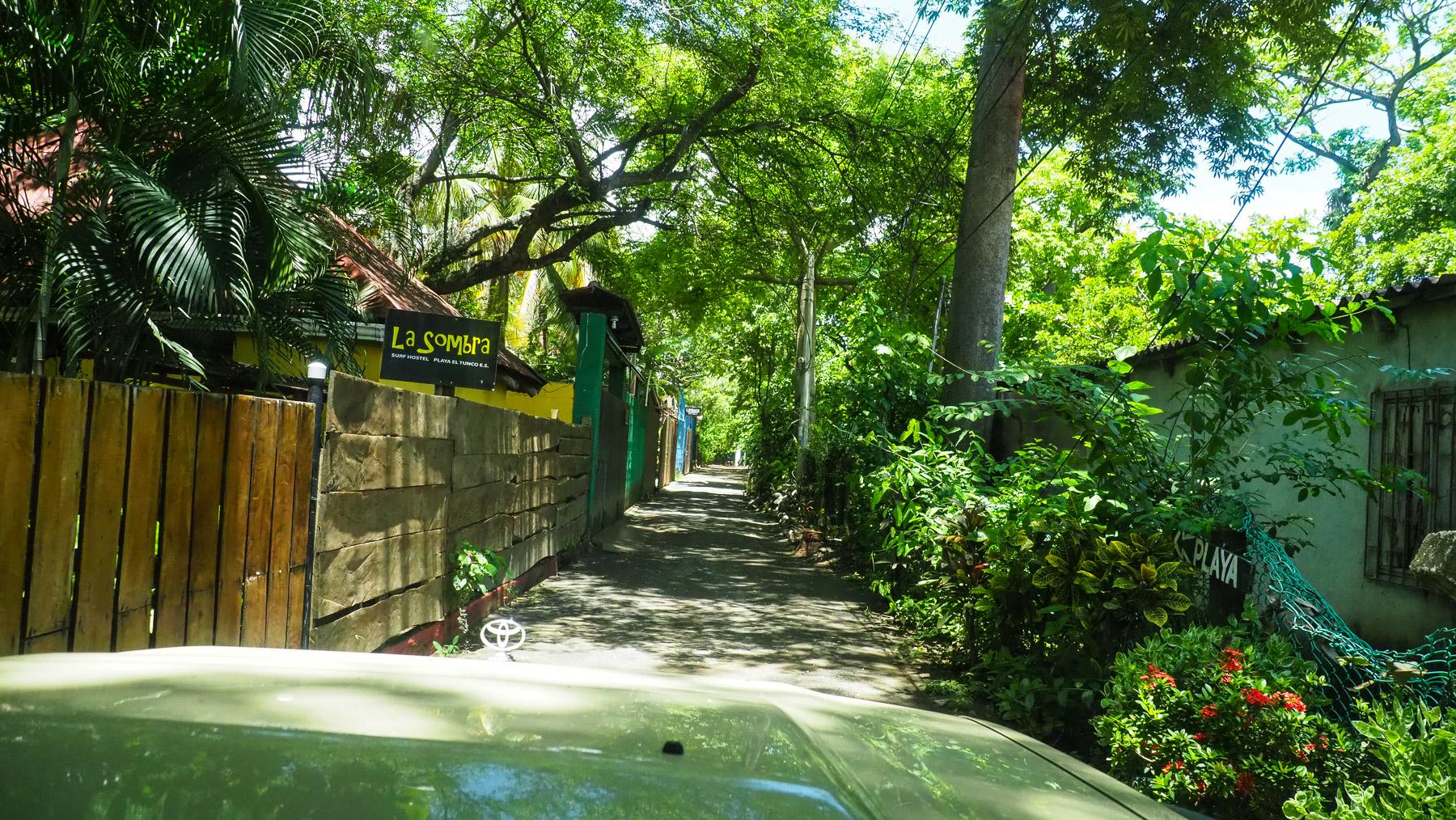 Enge Zufahrt zum Tortuga Surf Camp