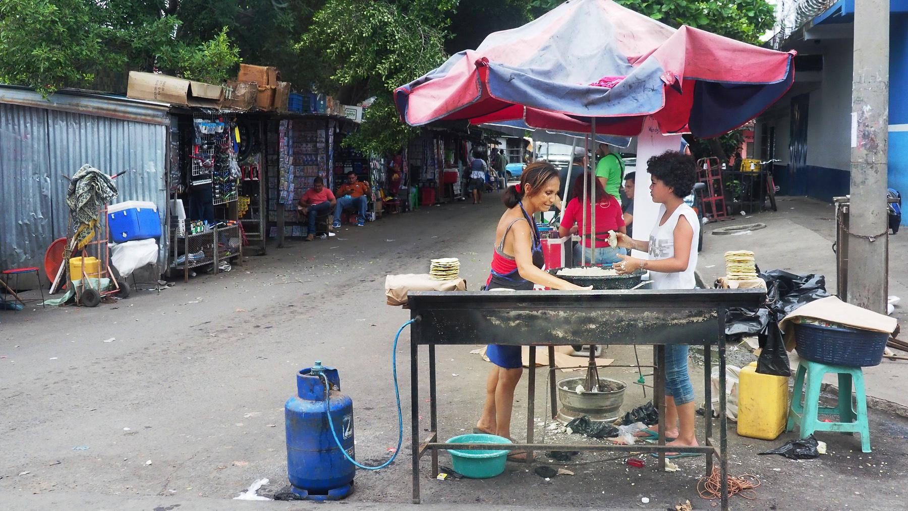 Ärmliches Straßenleben in dem Städtchen Santa Ana, El Salvador