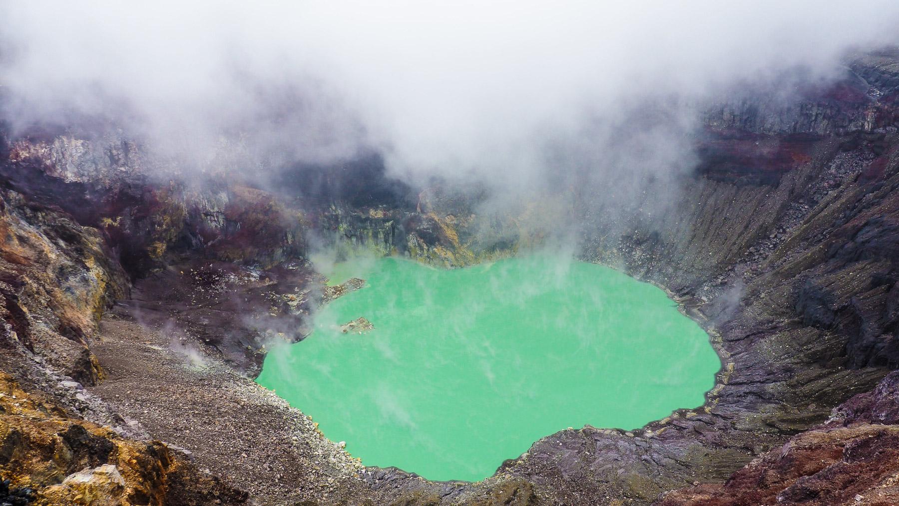 Kurzer Blick in den von giftigen Dämpfen meistens verhüllten Kratersee des Santa Ana