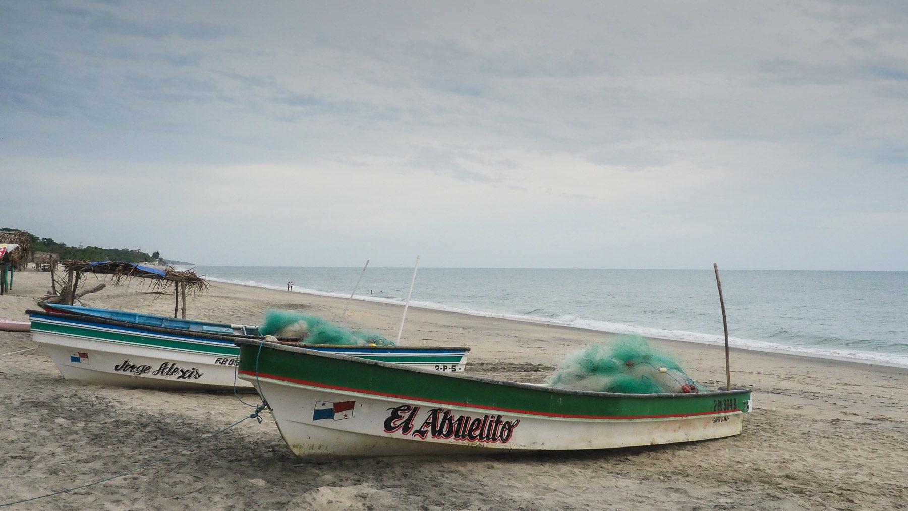 Fischerboote am Strand in Santa Clara, Pazifikseite