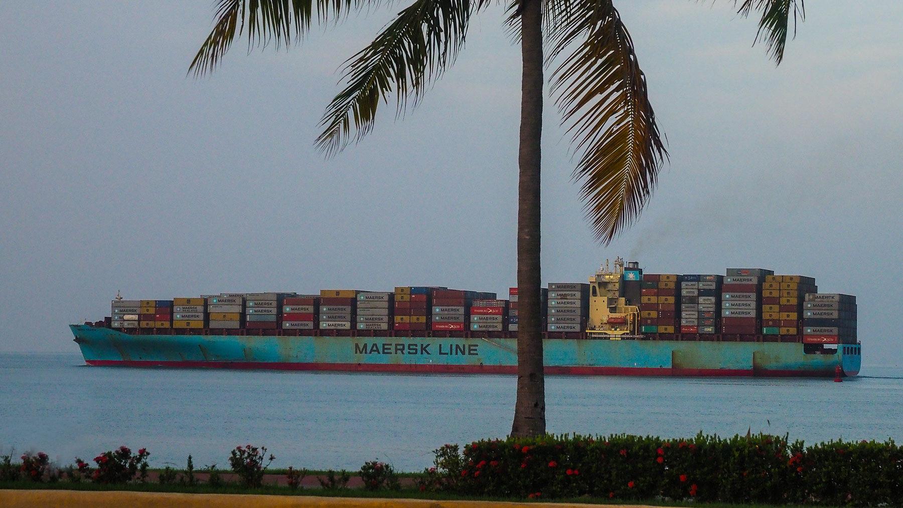 Panamakanal – riesige Frachtschiffe ziehen vorbei