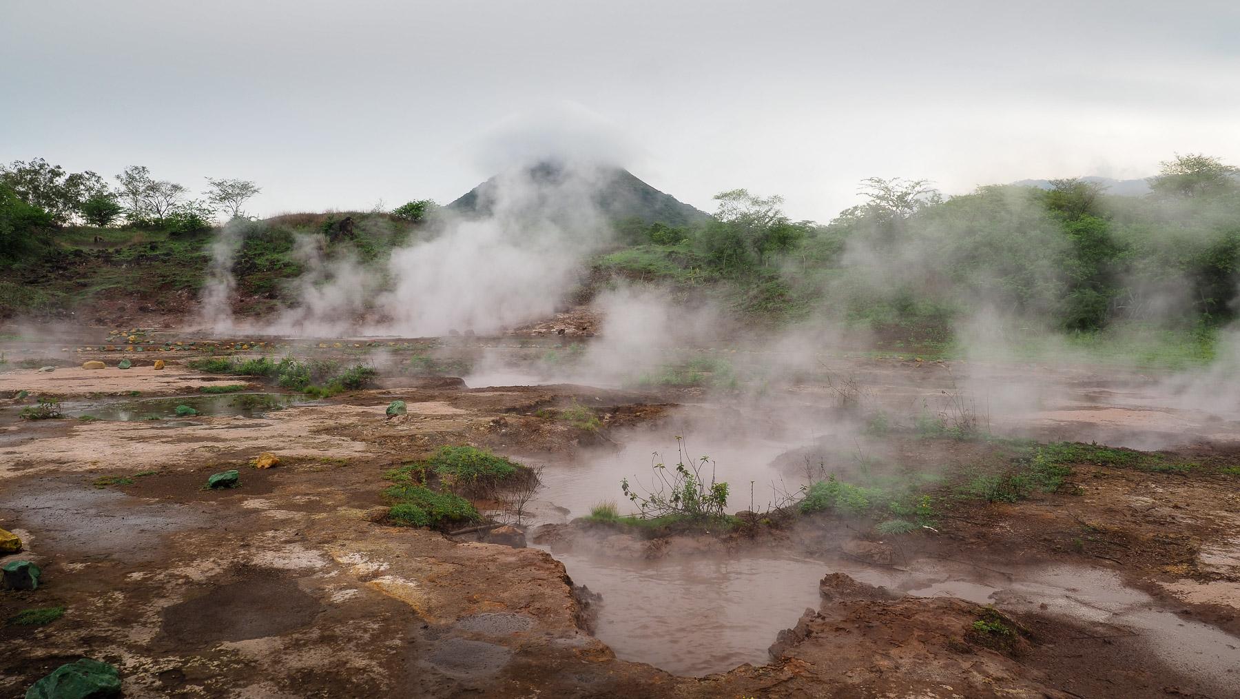 Vulkanische blubbernde Schlammtümpel und Fumarole in Jacintha