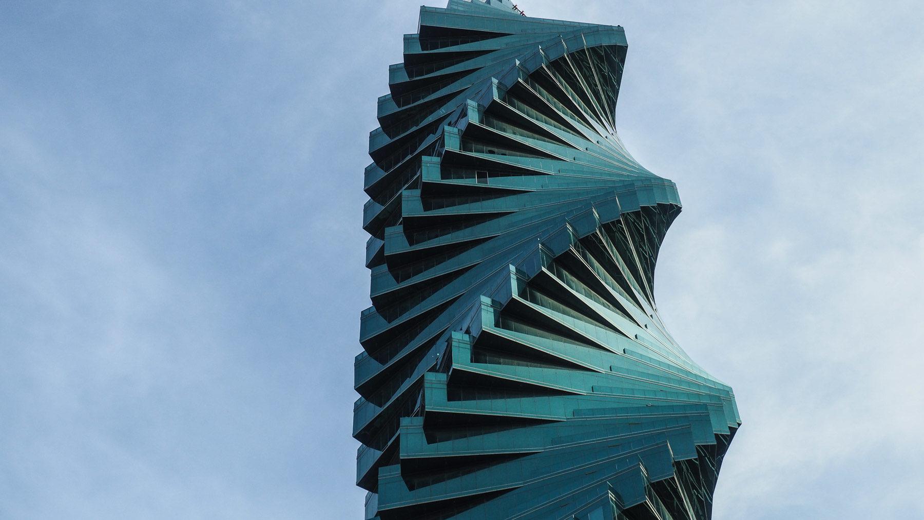 Der F&F Tower ist ein riesengroßer spiralförmiger Wolkenkratzer, 243 Meter hoch