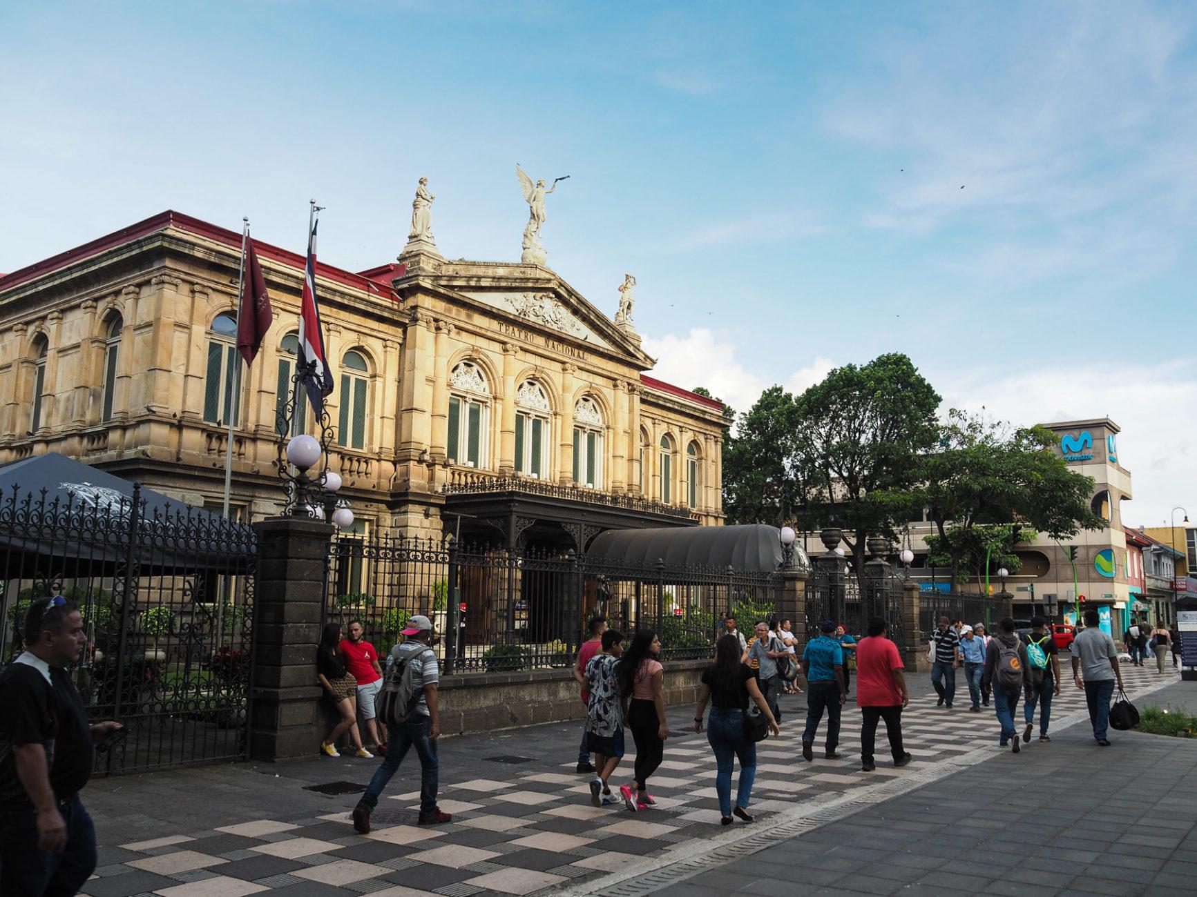 Abends flanieren die Josefinos vor dem kleine Nationaltheater von San Josè