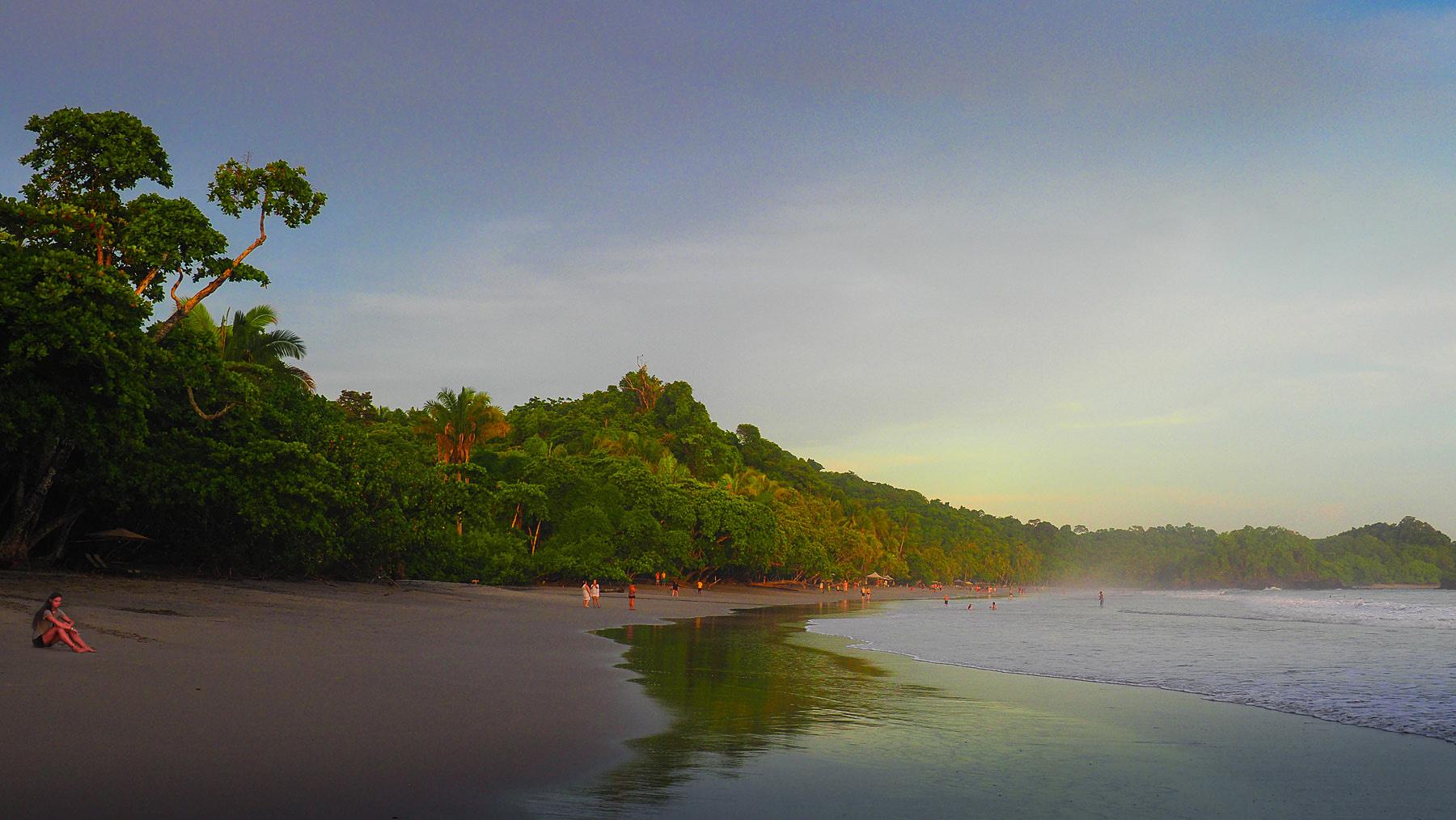 Übernachtungsplatz vor dem Eingang zum NP Manuel Antonio direkt an diesem schönen Strand
