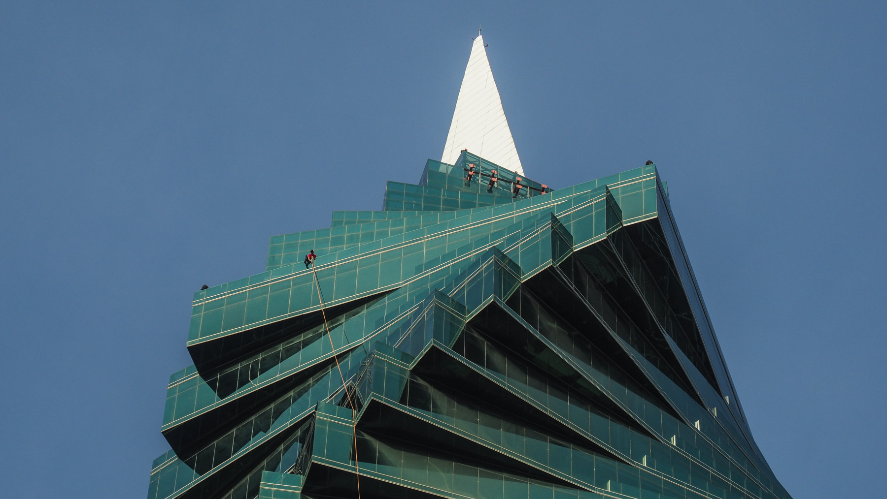 Fensterputzer in schwindelerregender Höhe