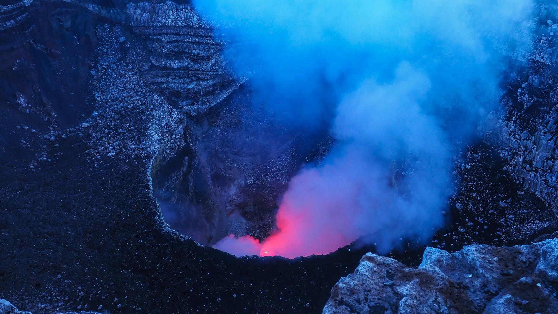 Im Dunkeln sieht man im Krater des Masaya die rotglühende Lava