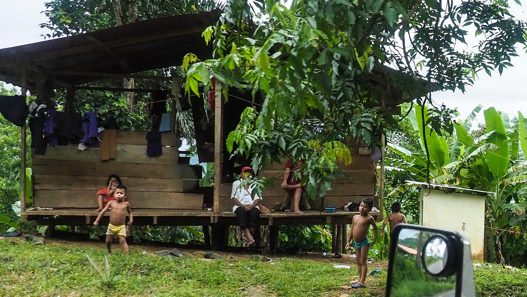 ... vorbei an Siedlungen der indigenen Bevölkerung...