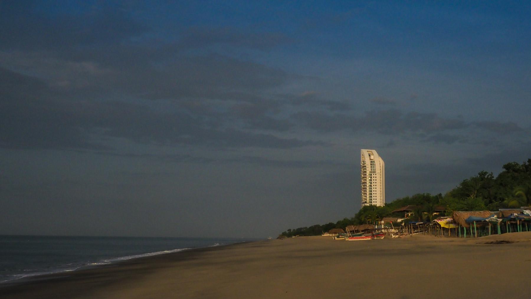 Kleine Bausünde am herrlichen Strand