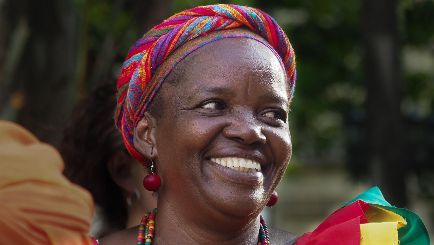 Sympathische afrokolumbianische Nachfahrin der afrikanischen Sklaven