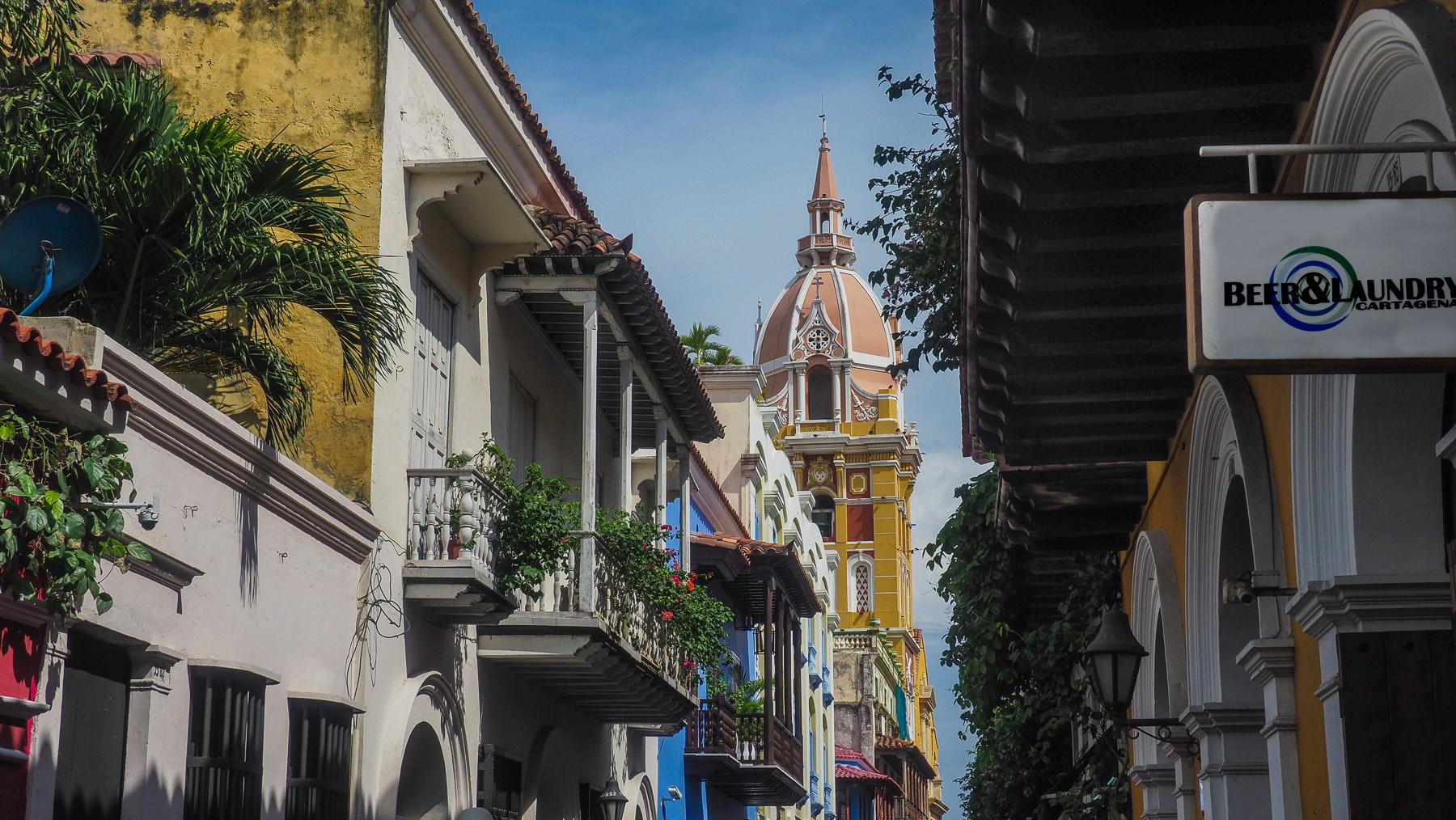 Altstadt mit der Iglesia de San Pedro. Interessante Geschäftsidee im Vordergrund: Biertrinken beim Wäschewaschen