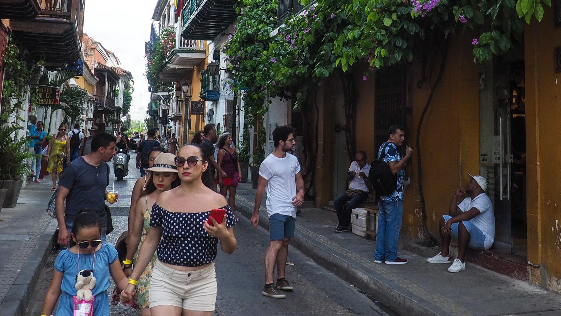 Gutsituierte, modebewusste Kolumbianerinnen beim Stadtbummel