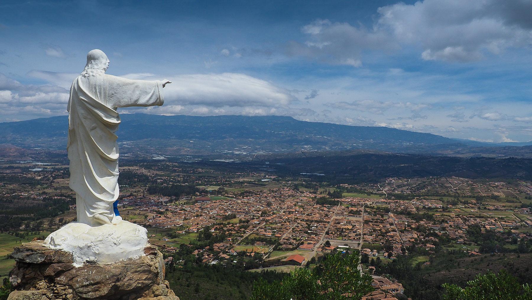Nach sehr anstrengendem Aufstieg, Blick auf Villa de Leyva vom Mirador auf 2470 m Höhe