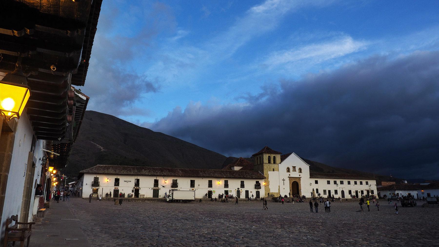 Der riesige gepflasterte Dorfplatz von Villa de Leyva