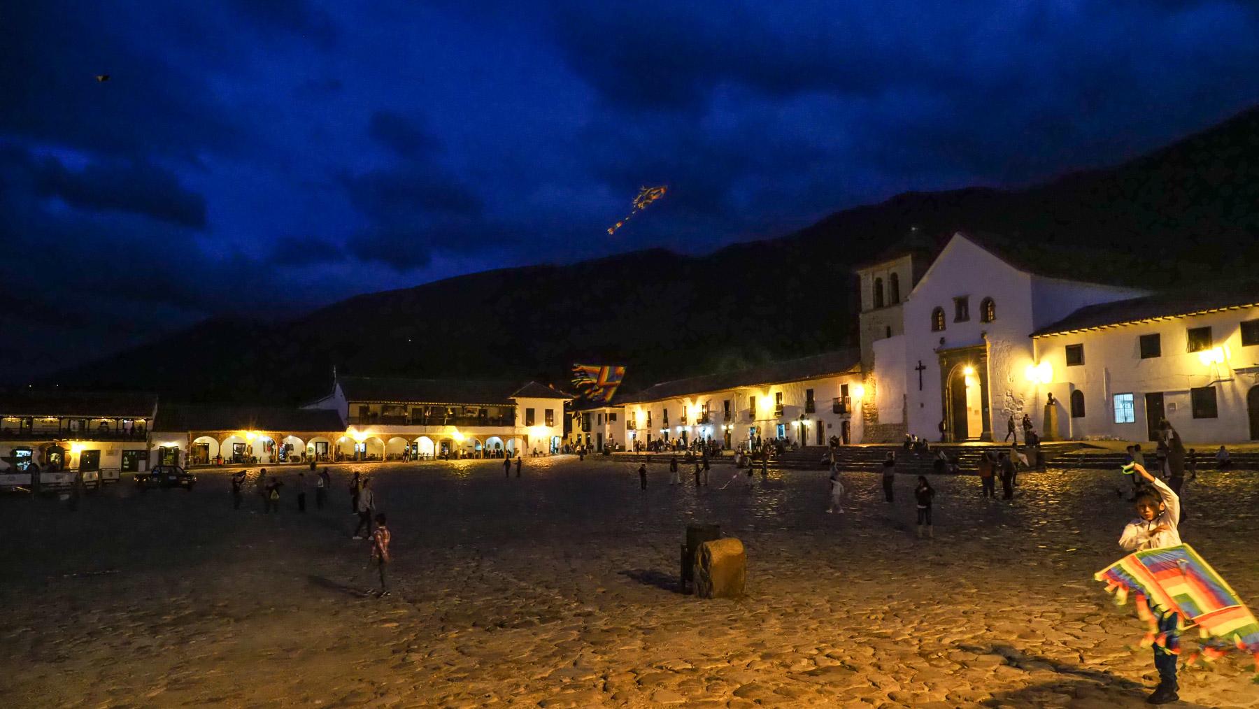 Drachensteigen am Abend auf dem Dorfplatz