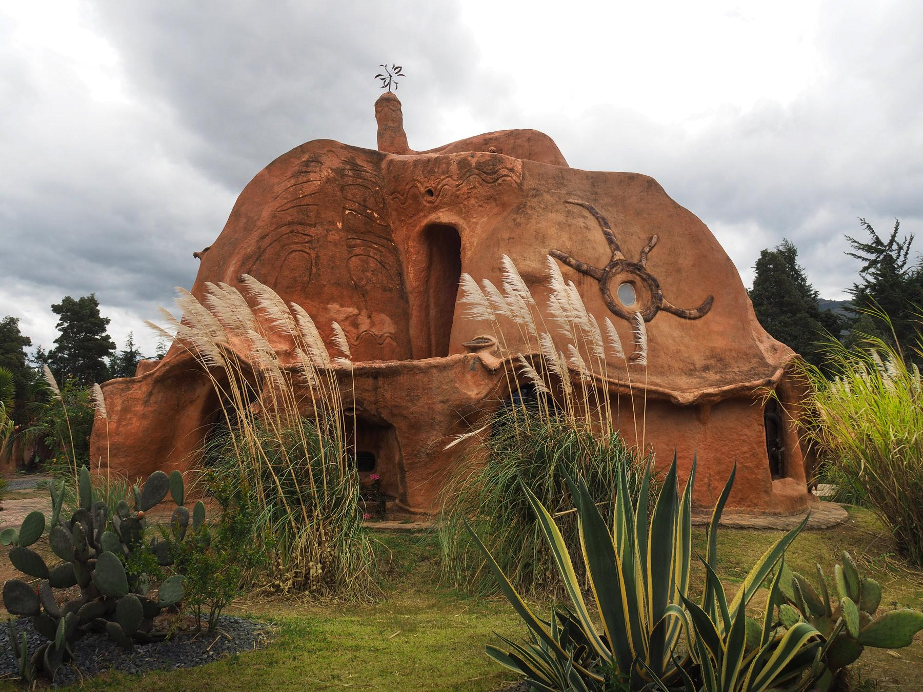 Ein skurriles Wohnhaus komplett aus Terrakotta