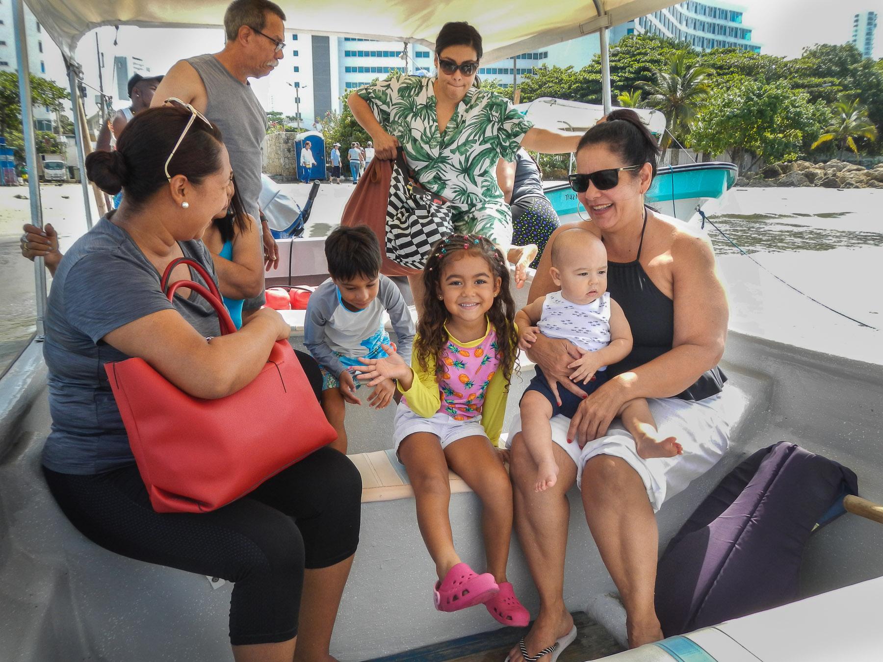 Die kolumbianische Familie, bei der wir leben, nimmt mich mit auf einen Bootsausflug
