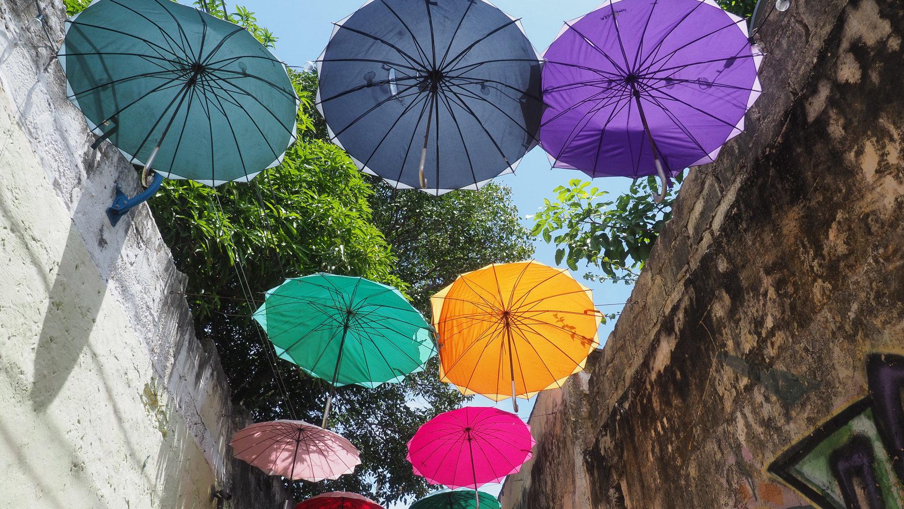 Bunte Regenschirme in der Künstlergasse