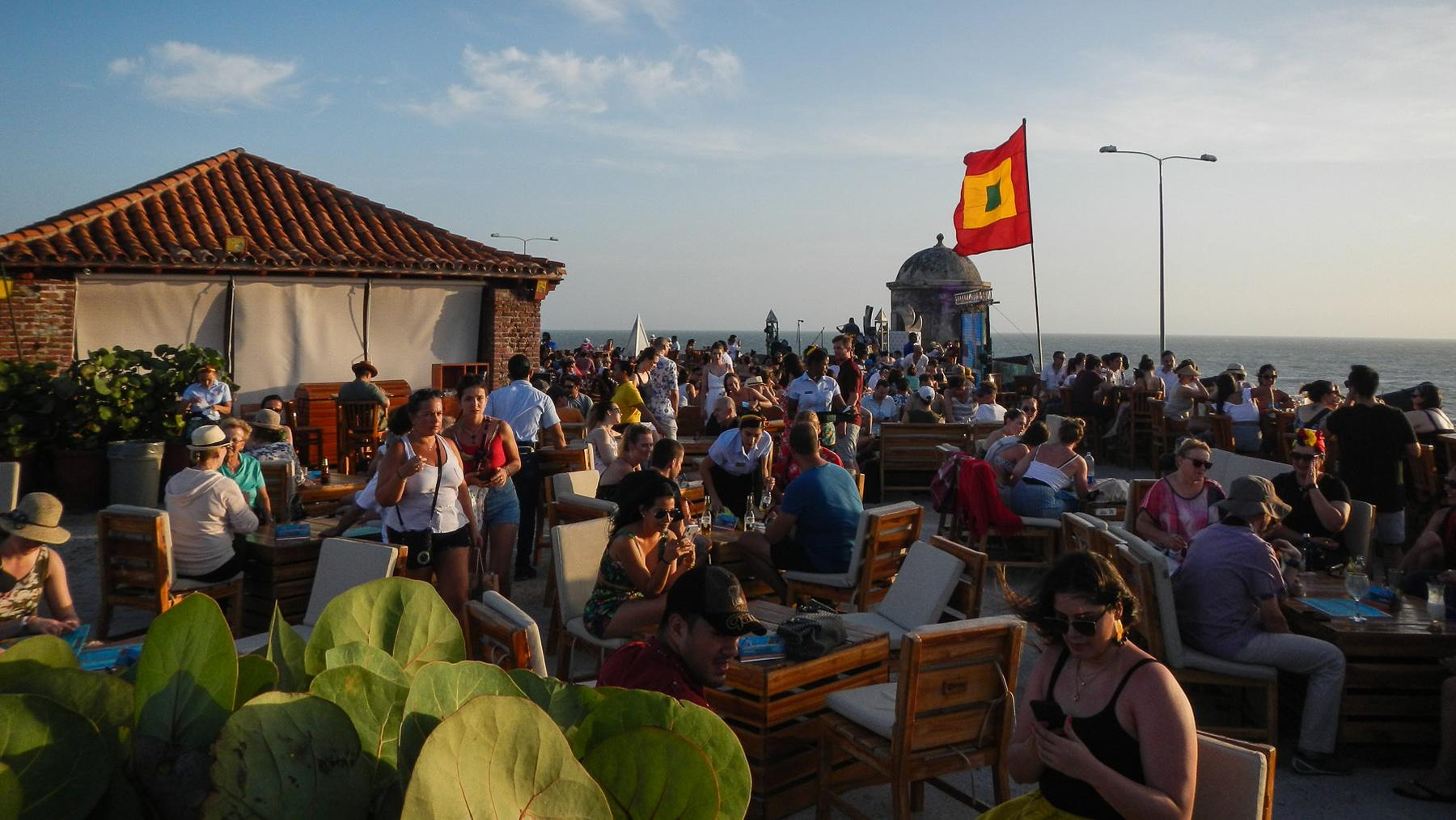 Treffpunkt zum Sonnenuntergang – das Cafe del Mar auf der Festungsmauer