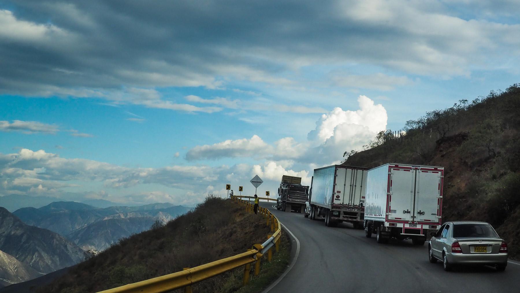 Auf Passtrassen hängt man immer hinter langsamen LKW`s