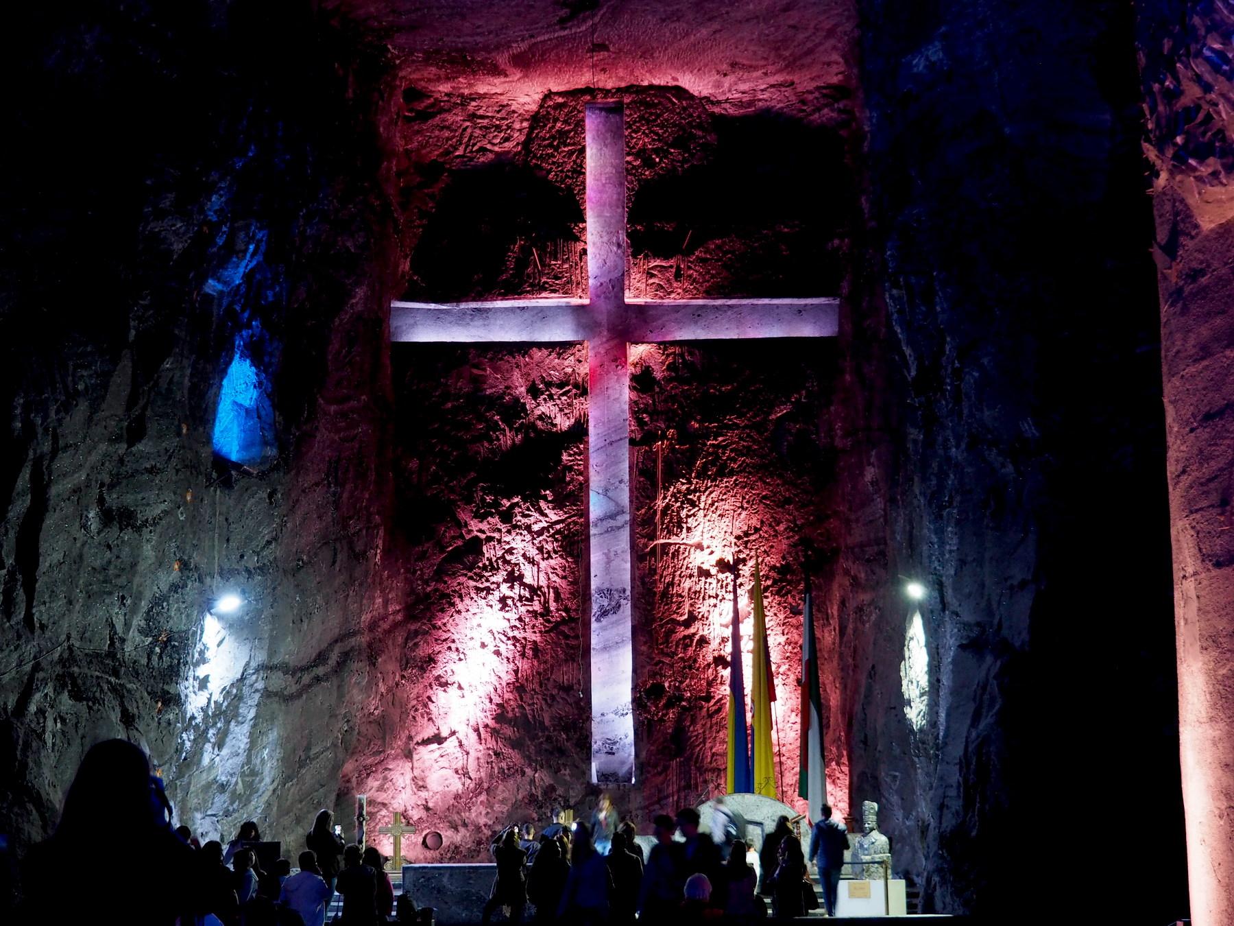 Scheinbar frei schwebendes Kreuz