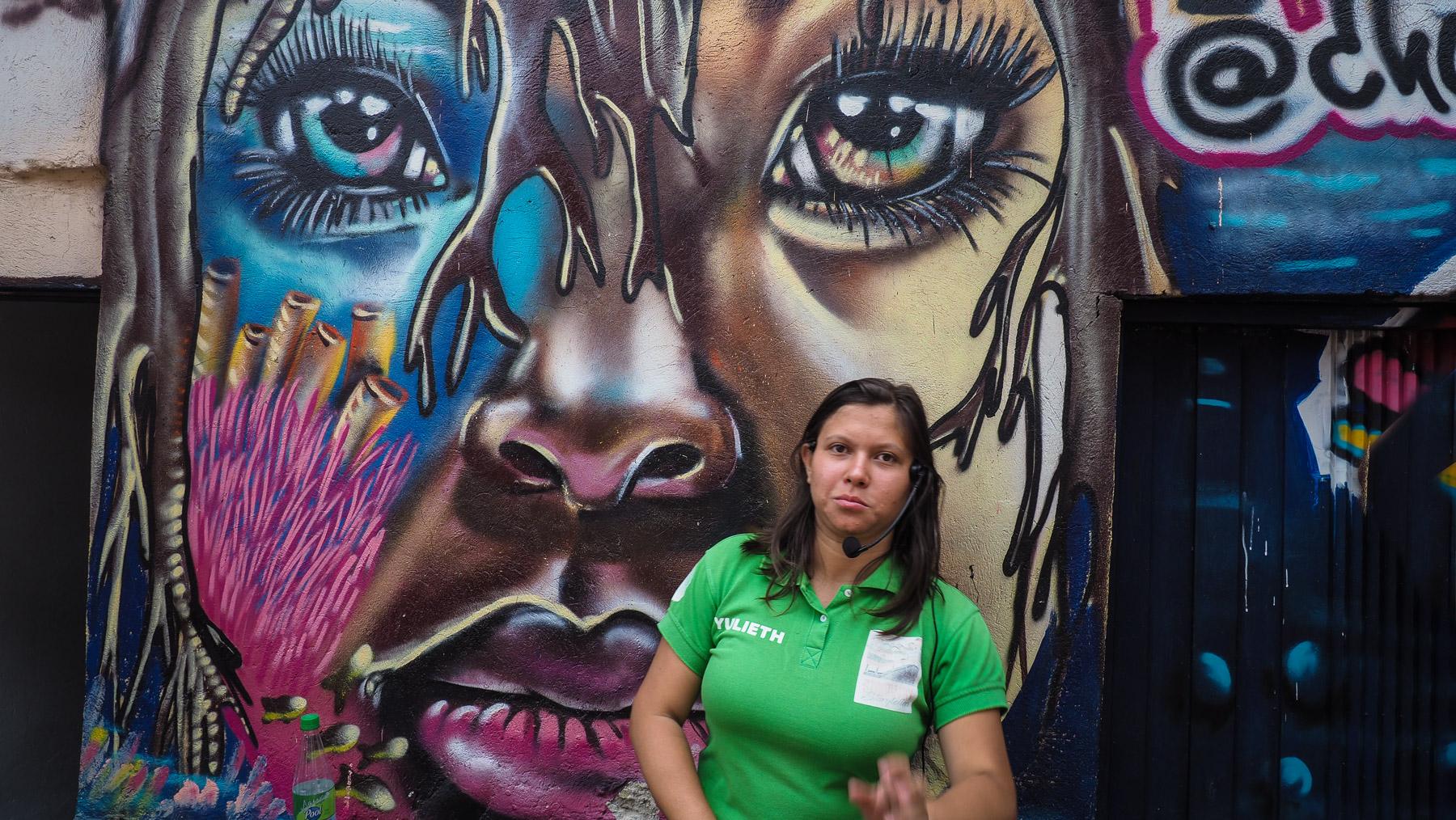 Yulieth vor einem der berühmten Graffitis