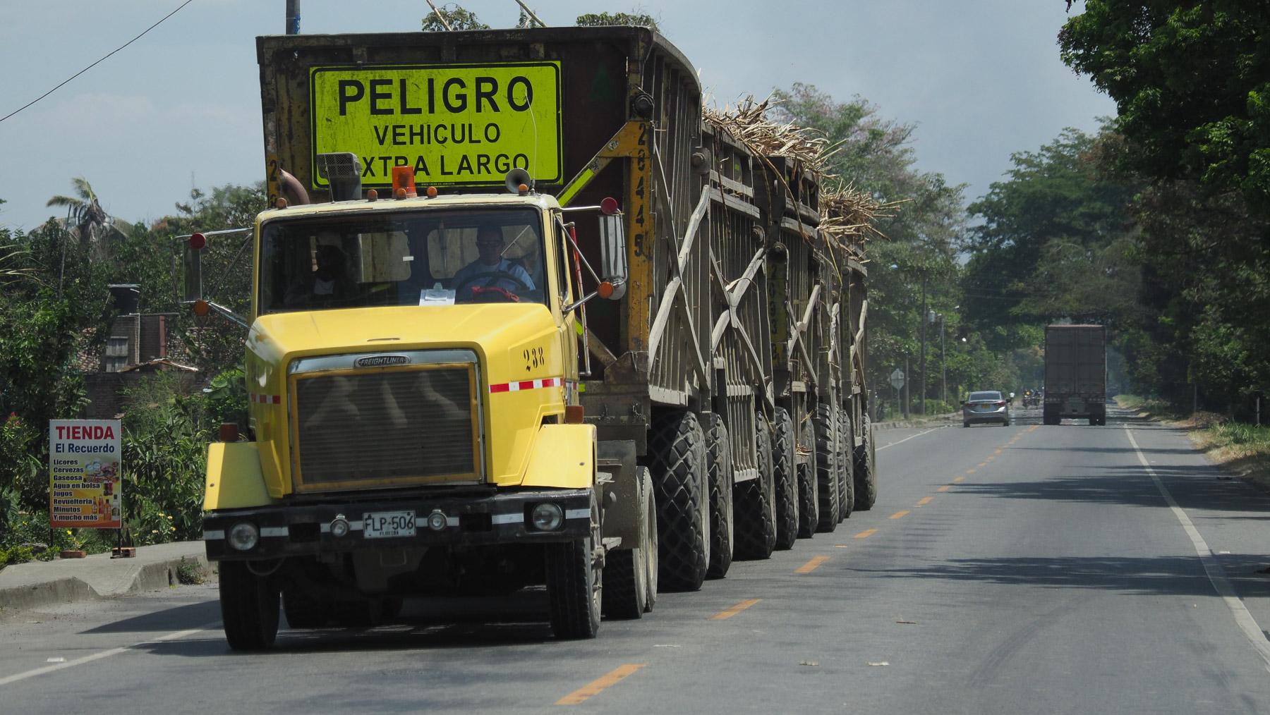 Kolumbianischer Roadtrain mit Zuckerrohr