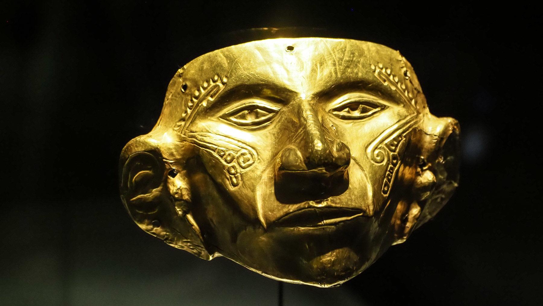Massive Goldmaske im Goldmuseum in Bogota