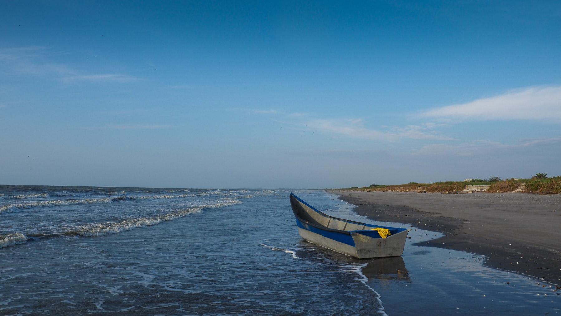 Schöner menschenleerer Strand. Hierher kommen keine Touristen